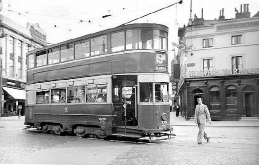 Into Lime Street from London Road in the 1950s.