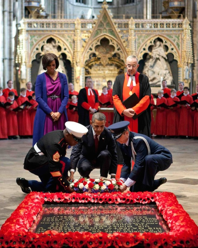 Michelle and Barack Obama in Westminster Abbey, at the Tomb of the Unknown Warrior.