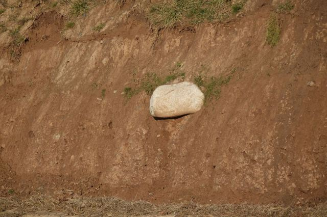 Like this large boulder that will probably be on the beach next time wo come here.